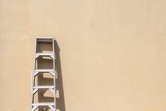 ενάντια στον τοίχο σκαλών Στοκ εικόνες με δικαίωμα ελεύθερης χρήσης
