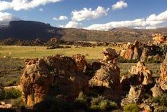 ενάντια στους κόκκινους βράχους βουνών ο τοπίων κίτρινους στοκ φωτογραφία με δικαίωμα ελεύθερης χρήσης