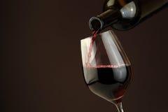ενάντια στο απομονωμένο κόκκινο άσπρο κρασί γυαλιού μπουκαλιών ανασκόπησης Στοκ φωτογραφία με δικαίωμα ελεύθερης χρήσης