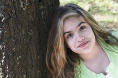 ενάντια στο δέντρο κοριτσ Στοκ Φωτογραφία