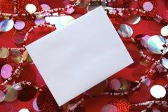 ενάντια στο εορταστικό κόκκινο λευκό φακέλων ανασκόπησης Στοκ φωτογραφίες με δικαίωμα ελεύθερης χρήσης