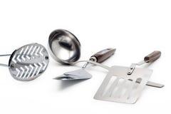 ενάντια στο λευκό εργαλείων κουζινών ανασκόπησης Στοκ εικόνα με δικαίωμα ελεύθερης χρήσης