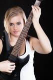 ενάντια στο μαύρο φλογερό βράχο μουσικής κιθάρων ανασκόπησης Παιχνίδι μουσικών κοριτσιών στην ηλεκτρική κιθάρα Στοκ Φωτογραφίες