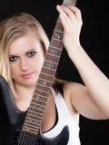 ενάντια στο μαύρο φλογερό βράχο μουσικής κιθάρων ανασκόπησης Παιχνίδι μουσικών κοριτσιών στην ηλεκτρική κιθάρα Στοκ Εικόνα