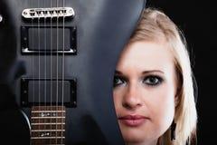 ενάντια στο μαύρο φλογερό βράχο μουσικής κιθάρων ανασκόπησης Κιθαρίστας μουσικών κοριτσιών με ηλεκτρικό Στοκ εικόνα με δικαίωμα ελεύθερης χρήσης