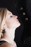 ενάντια στο μαύρο φλογερό βράχο μουσικής κιθάρων ανασκόπησης Κιθαρίστας μουσικών κοριτσιών με την ηλεκτρική κιθάρα Στοκ Εικόνες