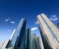 ενάντια στο μπλε που χτίζει το σύγχρονο ουρανό Στοκ Φωτογραφία