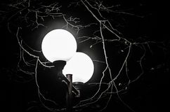 ενάντια στο μπλε χωριό οδών ουρανού φωτισμού Streetlamp λάμπει στο σκοτάδι Στοκ Εικόνα