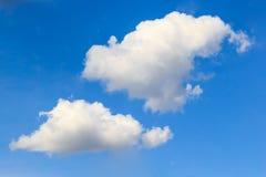 ενάντια στο μπλε λευκό ουρανού σύννεφων Στοκ Εικόνες