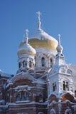 ενάντια στο ναό χιονιού μπλ& Στοκ φωτογραφίες με δικαίωμα ελεύθερης χρήσης
