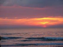 ενάντια στο όμορφο seascape θάλασσας έκτασης σύνθεσης φυσικό ηλιοβασίλεμα ουρανού Στοκ Εικόνα