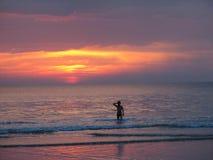 ενάντια στο όμορφο seascape θάλασσας έκτασης σύνθεσης φυσικό ηλιοβασίλεμα ουρανού Στοκ Φωτογραφία