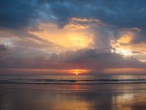 ενάντια στο όμορφο seascape θάλασσας έκτασης σύνθεσης φυσικό ηλιοβασίλεμα ουρανού Στοκ φωτογραφίες με δικαίωμα ελεύθερης χρήσης