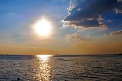 ενάντια στο όμορφο seascape θάλασσας έκτασης σύνθεσης φυσικό ηλιοβασίλεμα ουρανού Στοκ Εικόνες