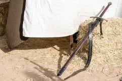 ενάντια τεθωρακισμένων ιπποτών στο μεσαιωνικό όπλο στρατιωτών προστασίας μετάλλων αντίπαλο Στοκ φωτογραφία με δικαίωμα ελεύθερης χρήσης