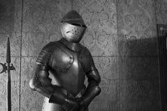 ενάντια τεθωρακισμένων ιπποτών στο μεσαιωνικό όπλο στρατιωτών προστασίας μετάλλων αντίπαλο Στοκ Φωτογραφία