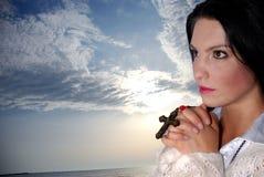 ενάντια υπαίθρια να προσεηθεί τη γυναίκα ουρανού στοκ εικόνα