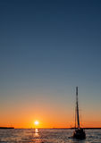 ενάντια sailboat στο πλέοντας γιοτ ταξιδιού ηλιοβασιλέματος στοκ φωτογραφίες με δικαίωμα ελεύθερης χρήσης