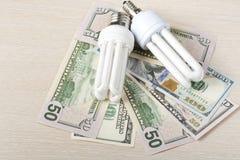 Ενέργεια - λαμπτήρας αποταμίευσης, πυρακτωμένος, φθορισμού, ηλεκτρική ενέργεια, υπόβαθρο χρημάτων, λάμπα φωτός Eco, σύγκριση Στοκ Φωτογραφίες