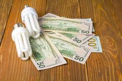 Ενέργεια - λαμπτήρας αποταμίευσης, πυρακτωμένο, φθορισμού, ηλεκτρική ενέργεια, υπόβαθρο χρημάτων, λάμπα φωτός Eco, σύγκριση των λ Στοκ εικόνα με δικαίωμα ελεύθερης χρήσης