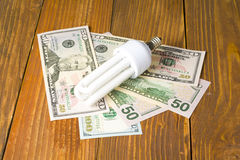 Ενέργεια - λαμπτήρας αποταμίευσης, πυρακτωμένο, φθορισμού, ηλεκτρική ενέργεια, υπόβαθρο χρημάτων, λάμπα φωτός Eco, σύγκριση των λ Στοκ φωτογραφίες με δικαίωμα ελεύθερης χρήσης