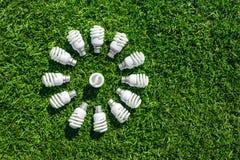 Ενέργεια - λάμπες φωτός αποταμίευσης στην πράσινη χλόη στοκ φωτογραφία με δικαίωμα ελεύθερης χρήσης