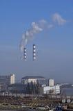 Ενέργεια πόλεων και θερμό εργοστάσιο δύναμης στην ομίχλη Στοκ Εικόνες