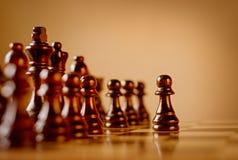 Ενέχυρο σε ένα σκοτεινό ξύλινο σύνολο σκακιού Στοκ Εικόνα