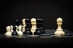 Ενέχυρο σκακιού για το υπόβαθρο ή τη σύσταση ηγετών - επιχείρηση & έναρξη Στοκ Φωτογραφίες
