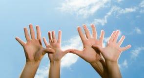 ενήλικα χέρια s παιδιών Στοκ εικόνα με δικαίωμα ελεύθερης χρήσης