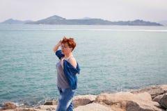 Ενήλικες καυκάσιες γυναίκες στη δύσκολη παραλία που κρατούν το μπλε μαντίλι στον αέρα μαύρη ελευθερία έννοιας που απομονώνεται στοκ φωτογραφία με δικαίωμα ελεύθερης χρήσης
