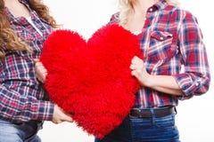 Ενήλικες κόρη και μητέρα με το σημάδι αγάπης καρδιών Στοκ φωτογραφία με δικαίωμα ελεύθερης χρήσης
