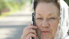 Ενήλικες συζητήσεις γυναικών σε ένα ασημένιο smartphone υπαίθρια απόθεμα βίντεο