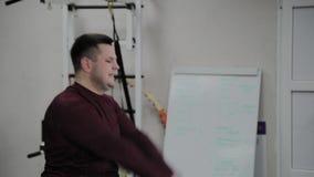 Ενήλικη άσκηση δύο ατόμων με τα βάρη στη γυμναστική απόθεμα βίντεο