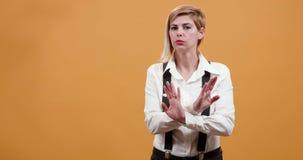 Ενήλικη αρκετά ξανθή γυναίκα που αρνείται και που είναι πολύ αυστηρή απόθεμα βίντεο