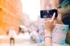 Ενήλικη γυναίκα ομορφιάς που ταξιδεύει σε όλο τον κόσμο Στοκ Φωτογραφίες