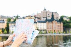 Ενήλικη γυναίκα ομορφιάς που ταξιδεύει σε όλο τον κόσμο Στοκ Εικόνα