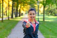Ενήλικη γυναίκα που δίνει τον αντίχειρα επάνω στο πάρκο Στοκ Φωτογραφίες