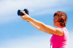 Ενήλικη γυναίκα που παίρνει τις εικόνες Στοκ Φωτογραφίες