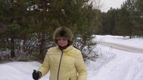 Ενήλικη γυναίκα που περπατά στο δάσος πεύκων από το Σκανδιναβικό περίπατο στη χειμερινή ημέρα φιλμ μικρού μήκους