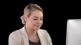 Ενήλικη επιχειρηματίας που εξετάζει τον υπολογιστή στην αρχή, το άλφα κανάλι απόθεμα βίντεο