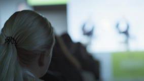 Ενήλικη εργασία ατόμων κοριτσιών ή δημοσιογράφων στη σύγχρονη εταιρία Οι ακροατές βλέπουν την οικονομική συζήτηση σχετικά με τη σ απόθεμα βίντεο