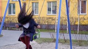 Ενήλικη ευτυχής ταλάντευση γυναικών seesaw σε σε αργή κίνηση στην παιδική χαρά απόθεμα βίντεο