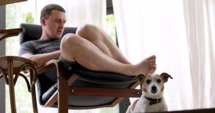Ενήλικη χαλάρωση ατόμων στο λίκνισμα της καρέκλας στο homr φιλμ μικρού μήκους