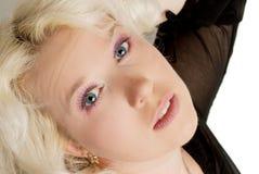 ενήλικη όμορφη ξανθή ευτυχής γυναίκα πορτρέτου στοκ φωτογραφία με δικαίωμα ελεύθερης χρήσης