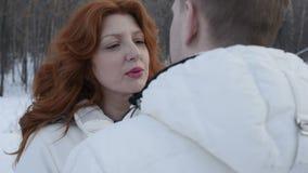 Ενήλικοι άνδρας και γυναίκα στο χειμερινό πάρκο απόθεμα βίντεο