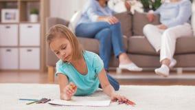 Ενήλικοι που μιλούν και σχέδιο κοριτσιών στο σπίτι απόθεμα βίντεο
