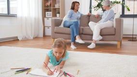 Ενήλικοι που μιλούν και σχέδιο κοριτσιών στο σπίτι φιλμ μικρού μήκους