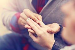 Ενήλικος άνδρας που δίνει το δαχτυλίδι αρραβώνων στην όμορφη γυναίκα Στοκ εικόνες με δικαίωμα ελεύθερης χρήσης