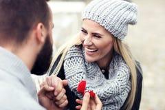 Ενήλικος άνδρας που δίνει το δαχτυλίδι αρραβώνων στην όμορφη γυναίκα Στοκ φωτογραφία με δικαίωμα ελεύθερης χρήσης